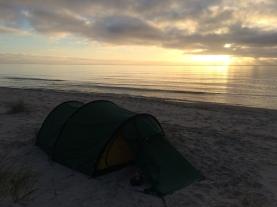 Lågsäsong är dessutom stranden ledig så du kan slå upp ditt tält.